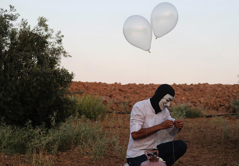 Украинцы разбрасывают листовки с воздушных шаров