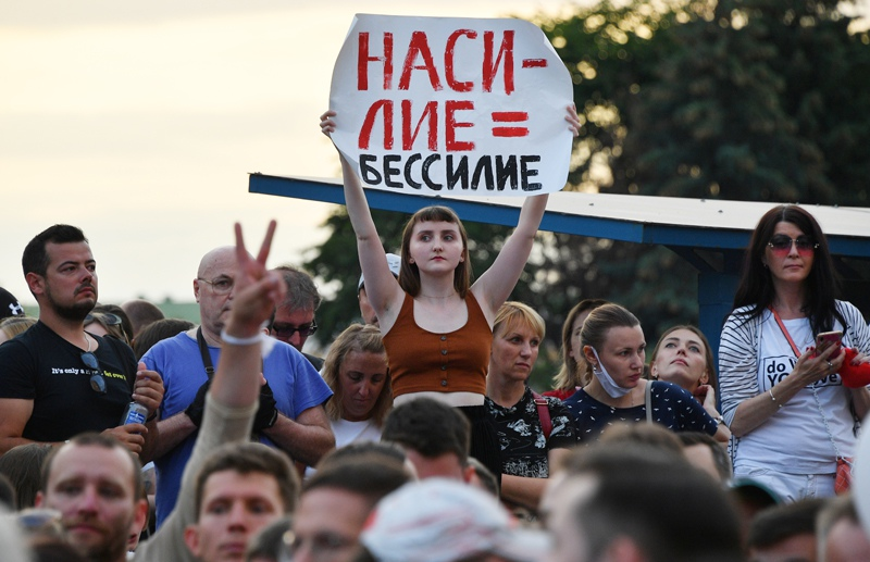Митингующие возле здания Национальной Белтелерадиокомпании в Минске