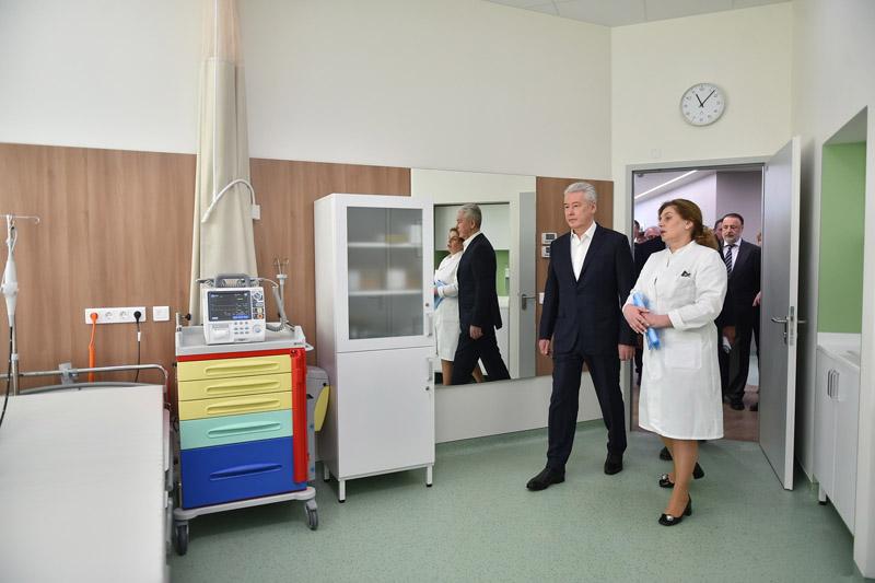 Сергей Собянин во время осмотра клиники