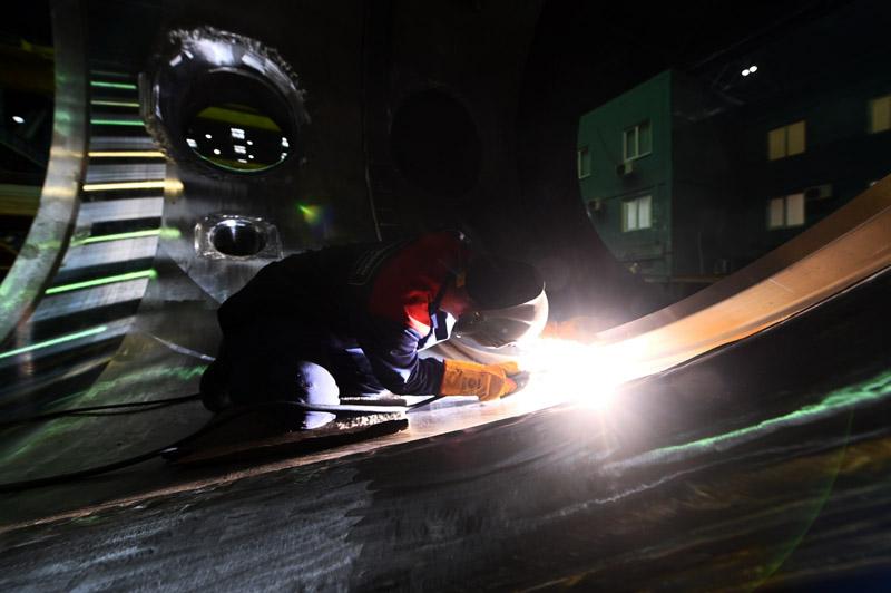 Рабочий в цеху завода атомной промышленности