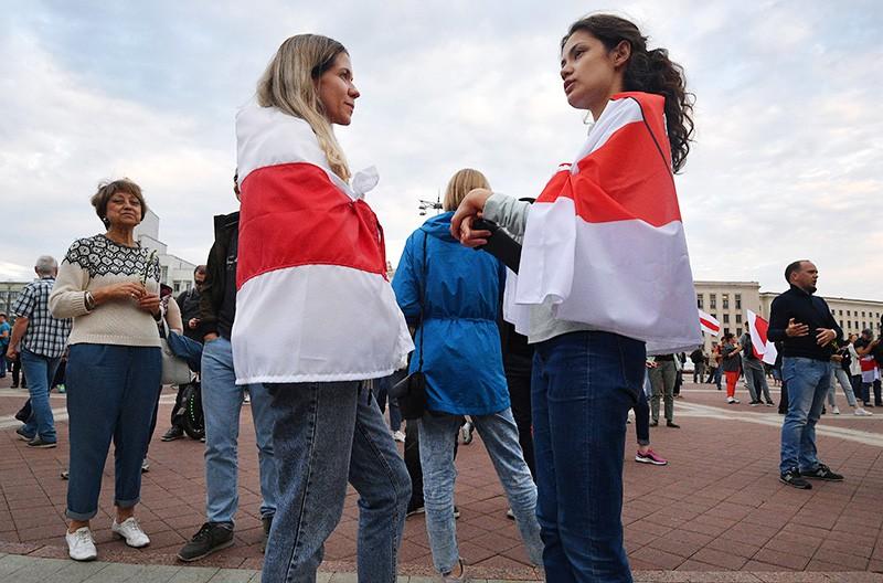 Участники акции протеста на площади Независимости в Минске