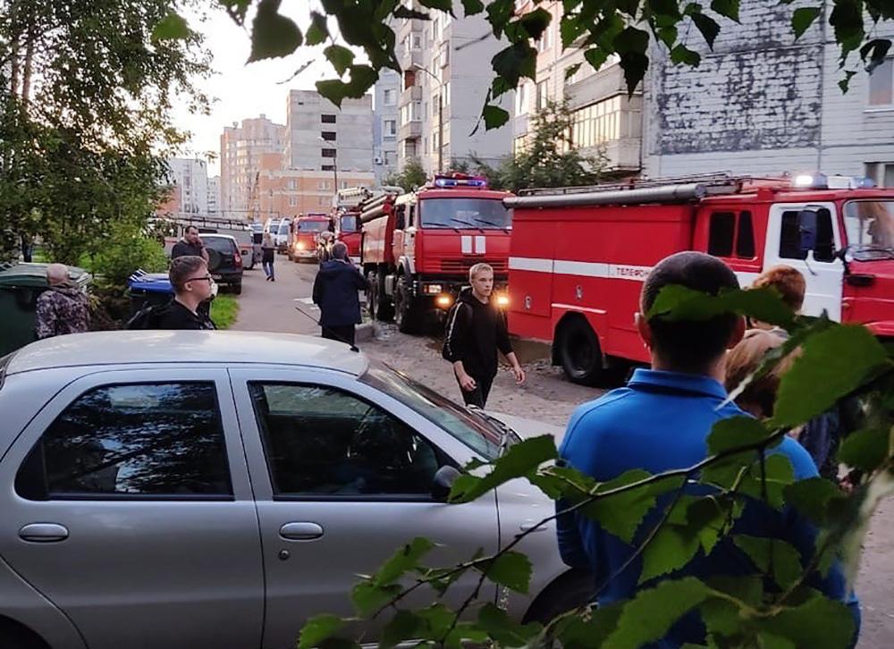 Пожарные на месте взрыва в жилом доме в Ярославле