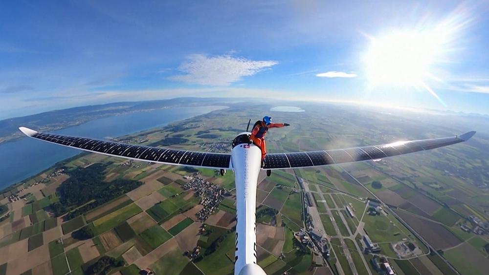 """Парашютист прыгает с """"солнечного"""" с самолета на солнечных батареях"""