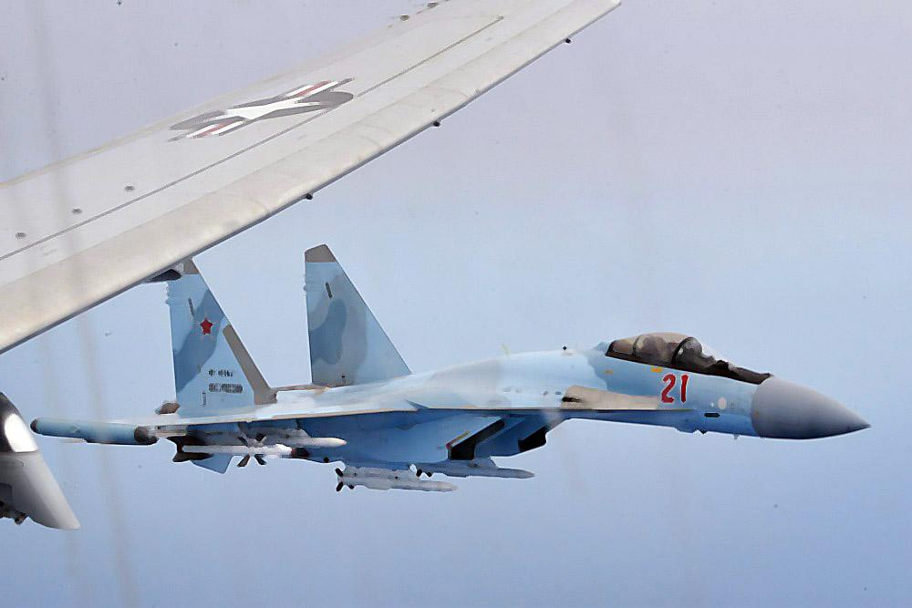 Истребитель ВКС России и самолет-разведчик ВВС США