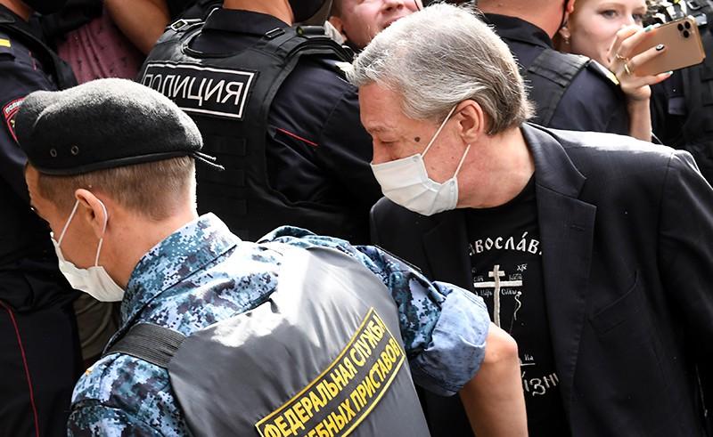 Михаил Ефремов под конвоем