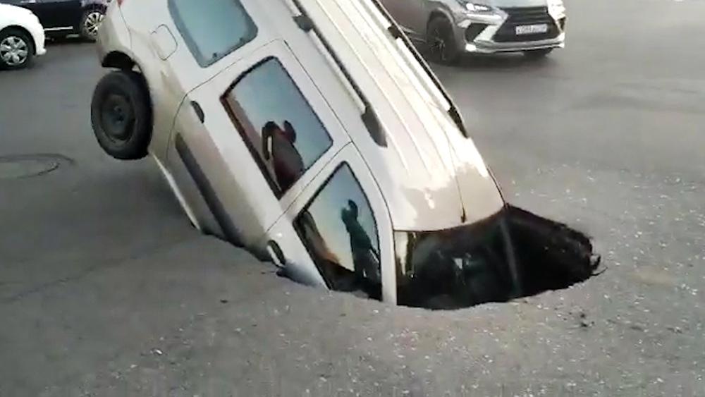 Автомобиль провалился под асфальт