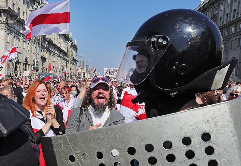 Сотрудники правоохранительных органов и участники студенческой акции протеста в Минске