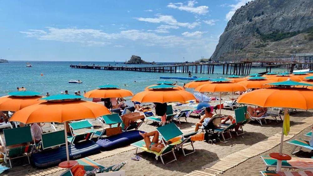 Туристы на пляже в Крыму