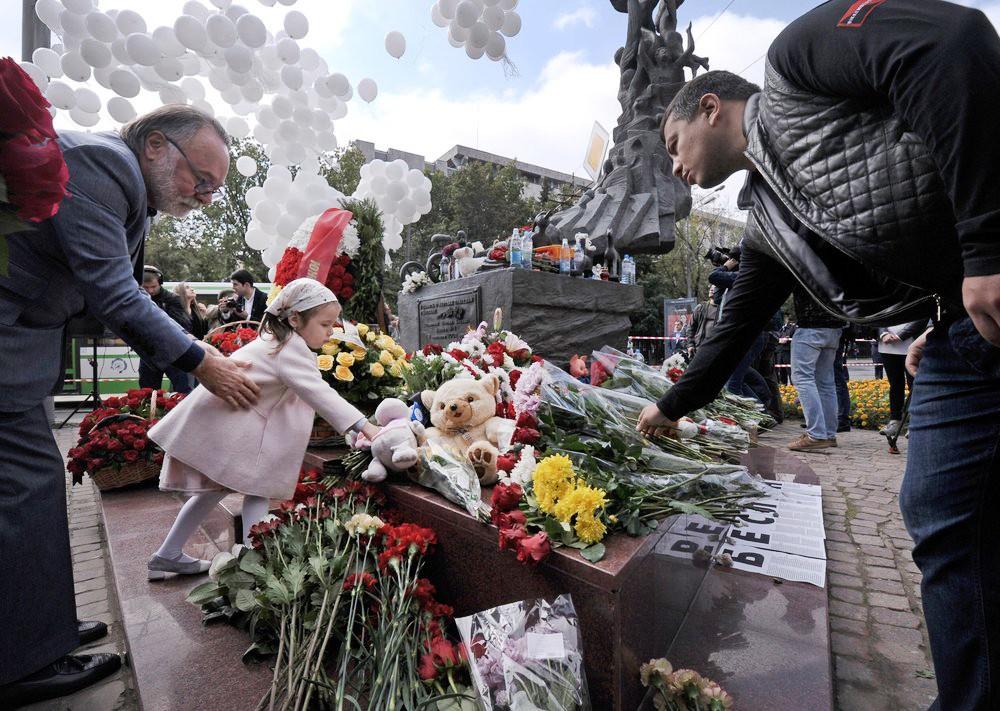 Акция в память о жертвах Беслана у храма Рождества Пресвятой Богородицы на Кулишках