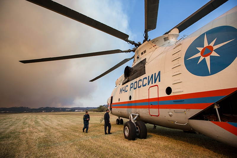Сотрудники МЧС РФ готовятся к вылету для тушения лесных пожаров