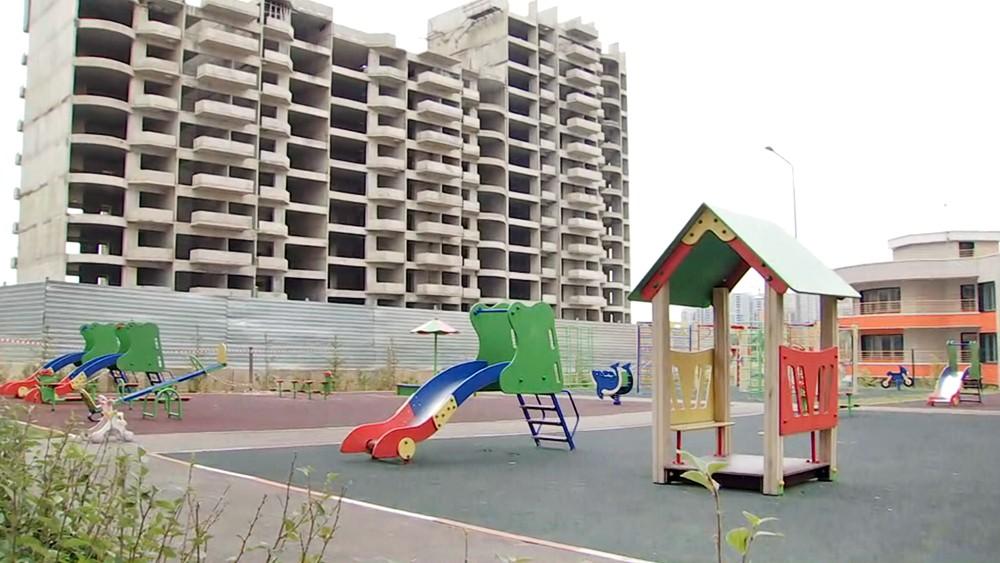 Детская площадка возле стройки