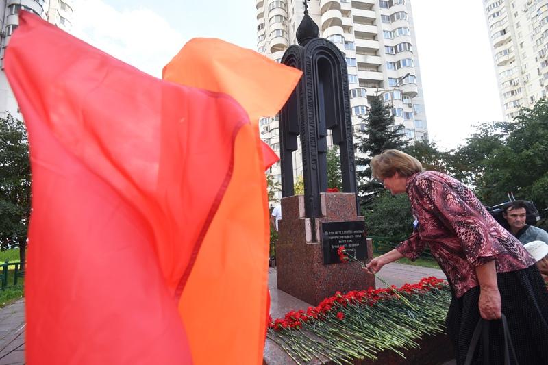 Возложение цветов к памятному знаку на месте взорванного дома №19 на улице Гурьянова в Москве
