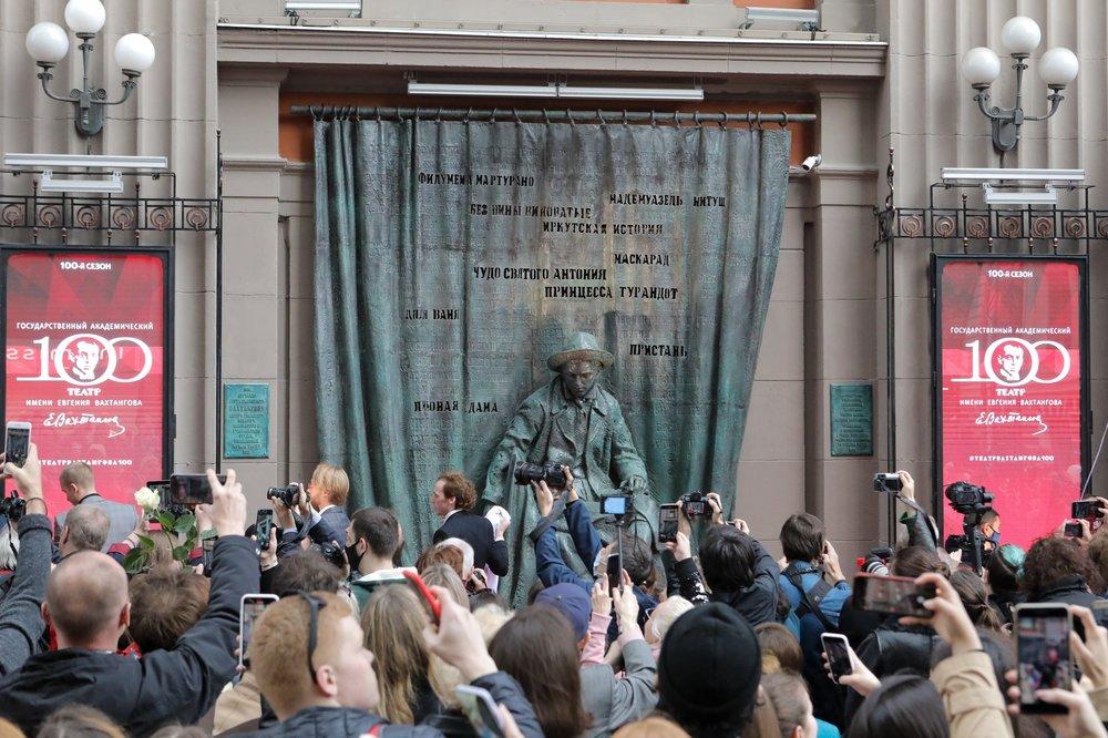 Открытие памятника в честь 100-летия Вахтанговского театра