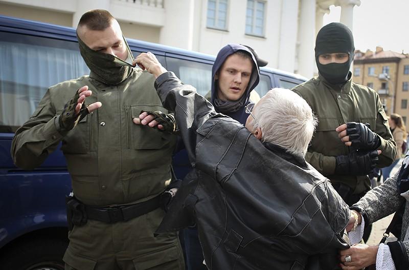 Протестующие в Минске нападают на милицию