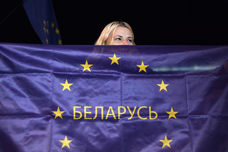 Участница акции оппозиции в Минске