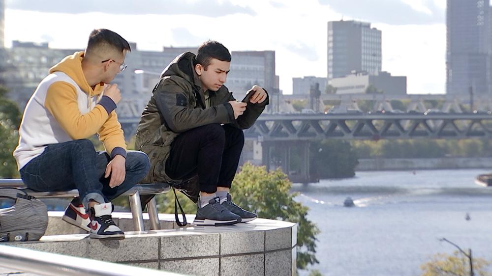 Молодые люди на фоне Москвы