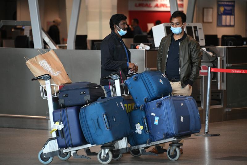 Пассажиры в одном из терминалов в аэропорту Домодедово