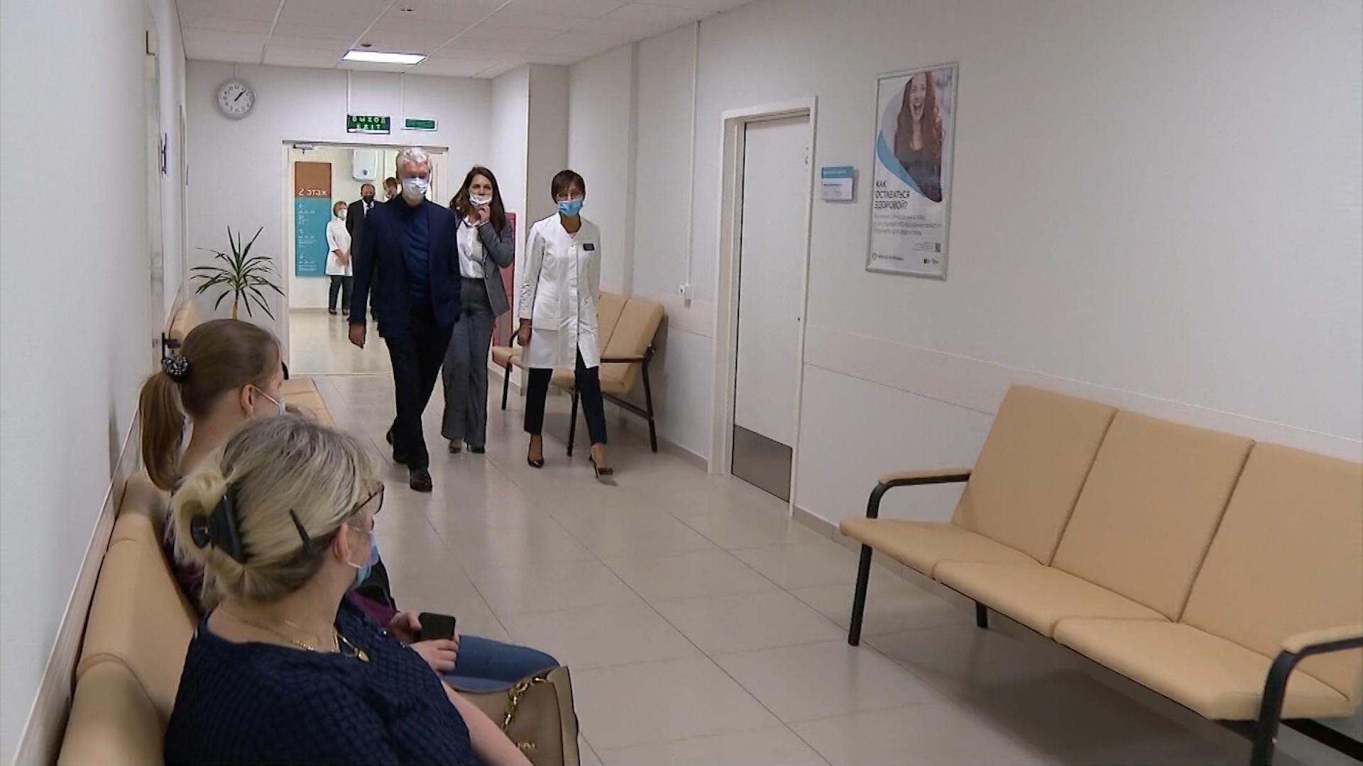 Сергей Собянин во время посещения новой поликлиники