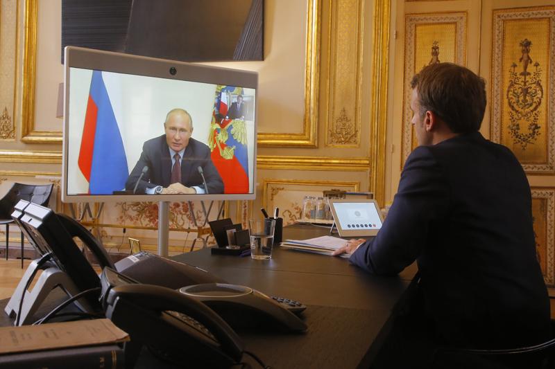 Эммануэль Макрон во время видеоконференции с Владимиром Путиным