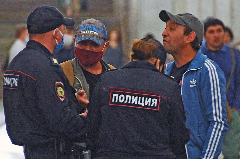 Сотрудники полиции следят за соблюдением масочного режима среди пассажиров Московского метрополитена