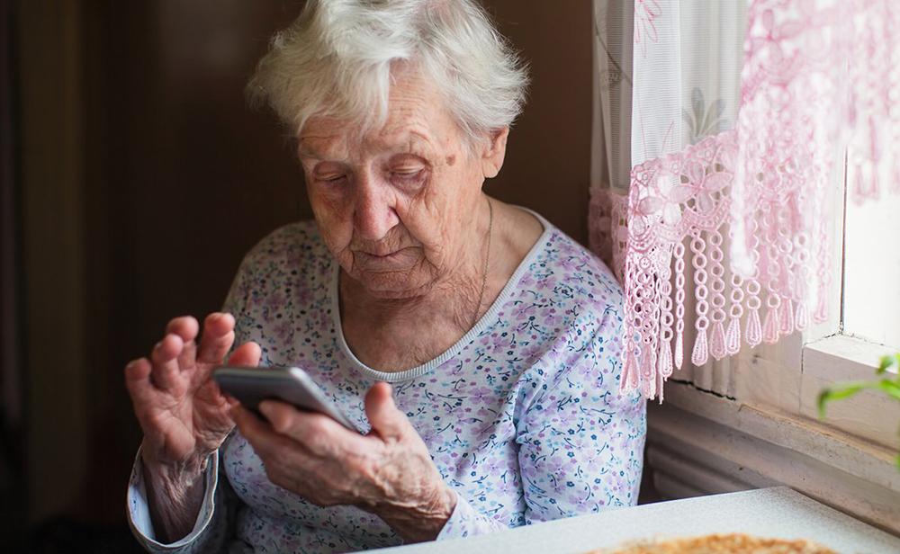 Пенсионерка со смартфоном