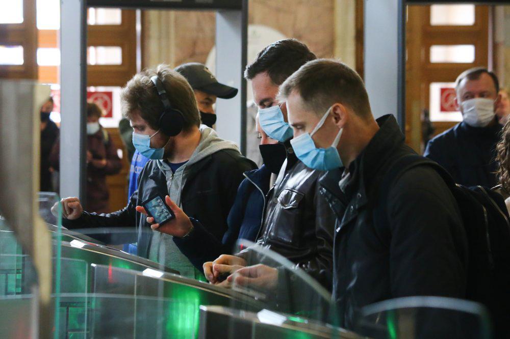 Люди в медицинских масках в метро