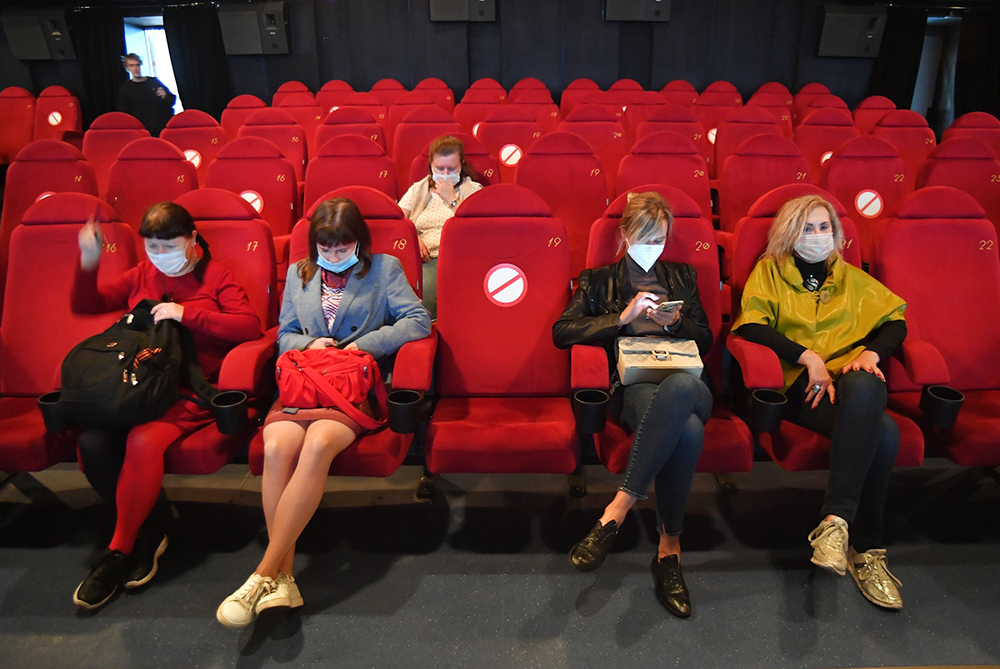 Зрители в медицинских масках