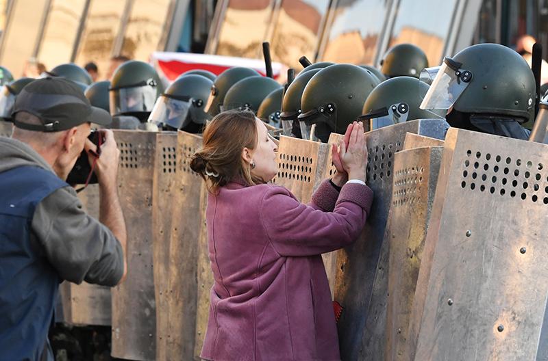 Участники акции протеста и сотрудники правоохранительных в Минске