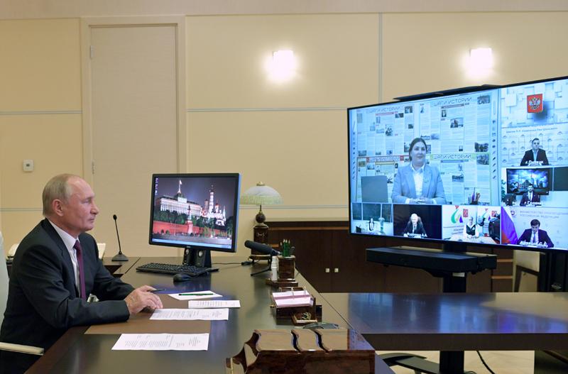 Владимир Путин во время встречи в режиме видеоконференции с учителями и студентами