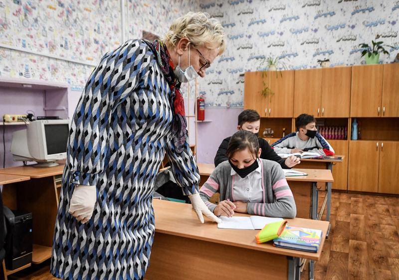 Урок в школе во время пандемии коронавируса