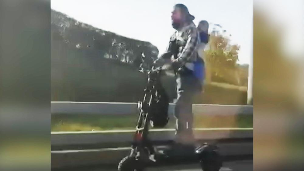 Москвич с ребенком прокатился на самокате по МКАД