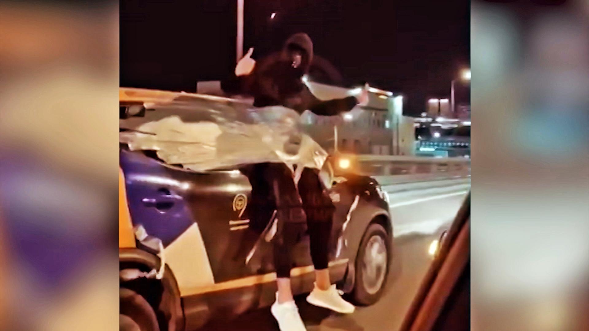 Мужчина приматал себя скотчем к машине каршеринга