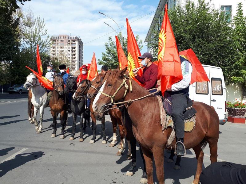 Митингующие в Бишкеке