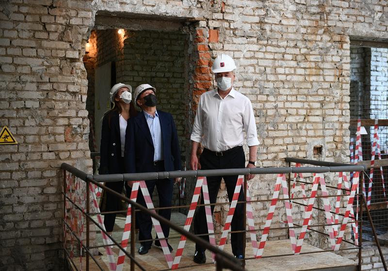 Сергей Собянин во время осмотра хода капитального ремонта здания поликлиники