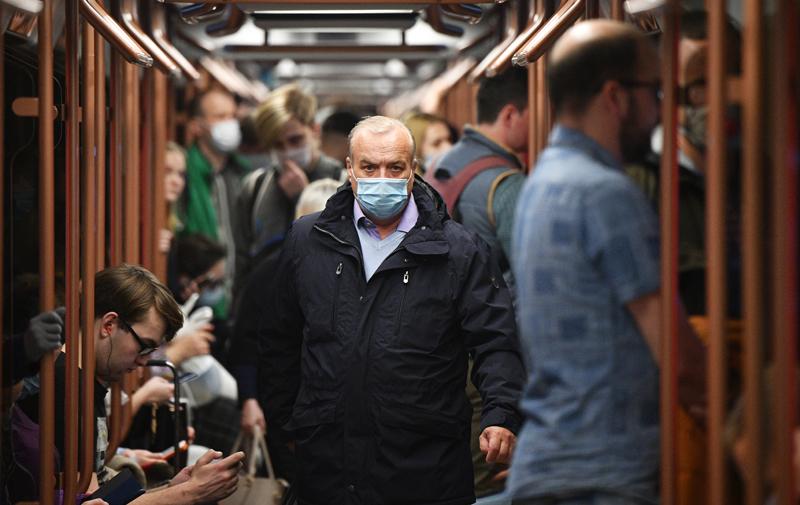 Пассажиры в вагоне поезда метро