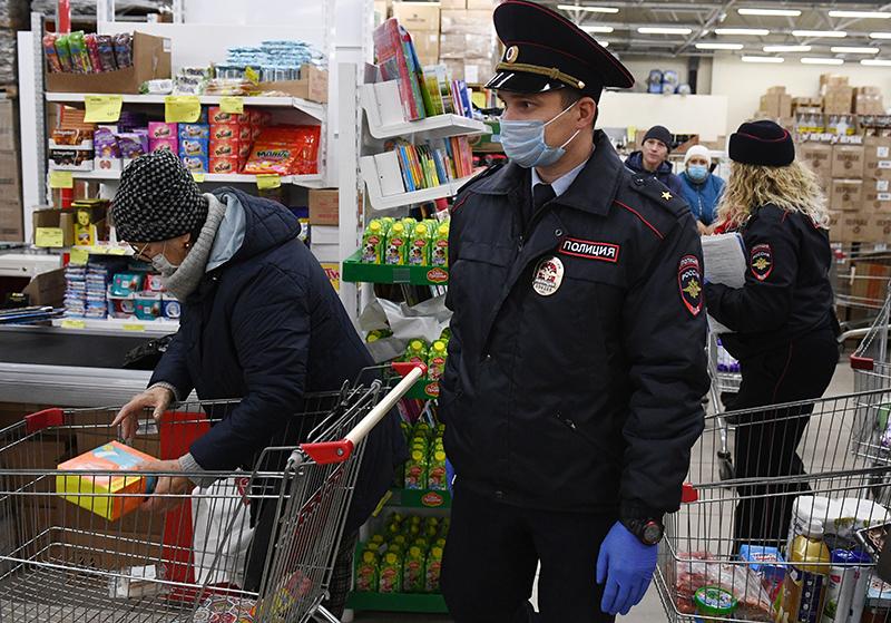 Сотрудники полиции в супермаркете во время рейда по соблюдению масочного режима