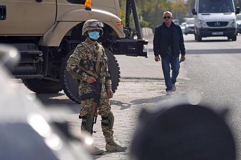 Киргизия. Бишкек. Военнослужащий на улице Алма-Атинская
