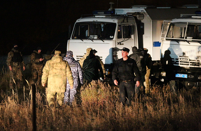 Сотрудники правоохранительных органов на месте стрельбы в Нижегородской области