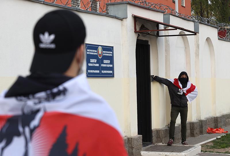 Протестующие у здания следственного изолятора в Минске