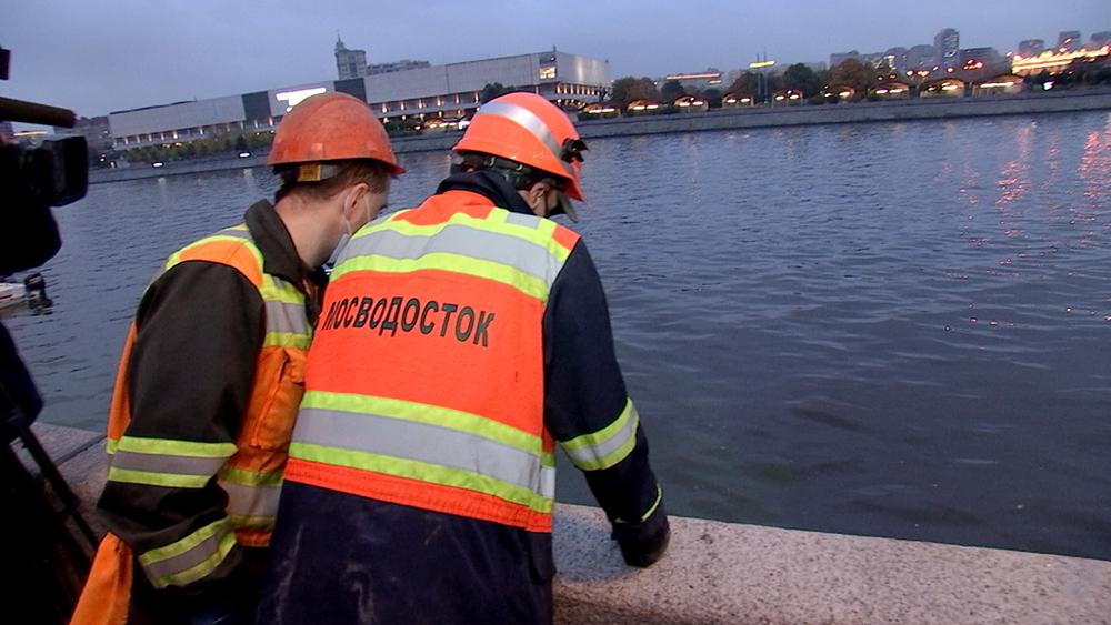 Сотрудники Мосводостока на берегу Москвы-реки