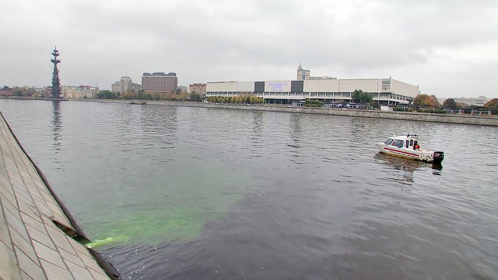 Катер МЧС у места загрязнения Москвы-реки