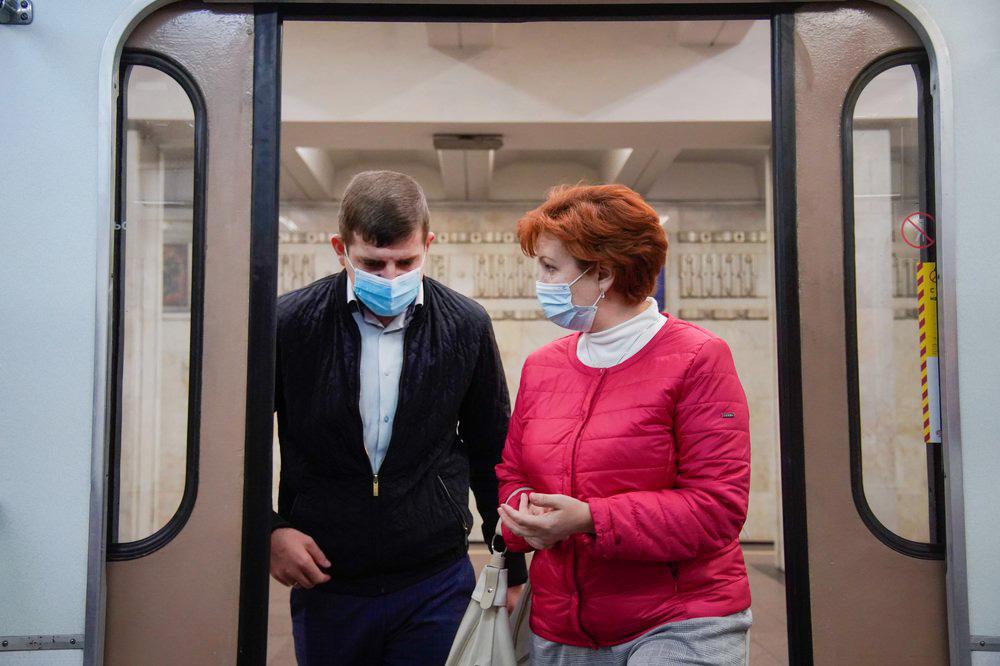 Пассажиры метро в медицинских масках