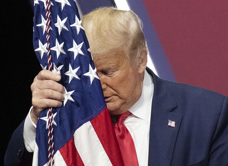 Дональд Трамп обнимает флаг США