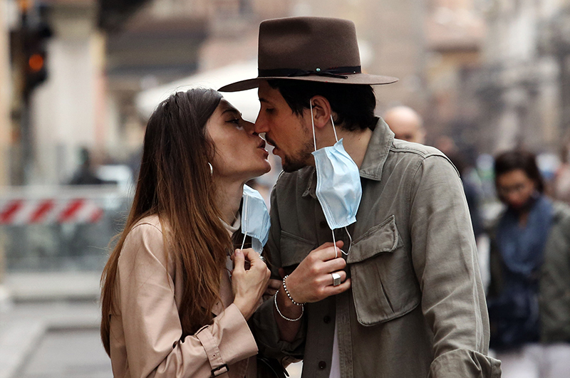 Целующаяся пара во время эпидемии коронавируса