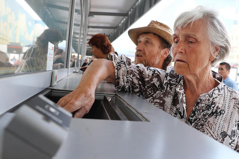 Пенсионеры возле кассы