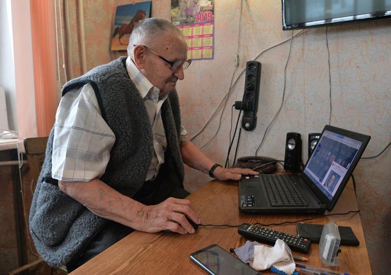 Пожилой человек за ноутбуком