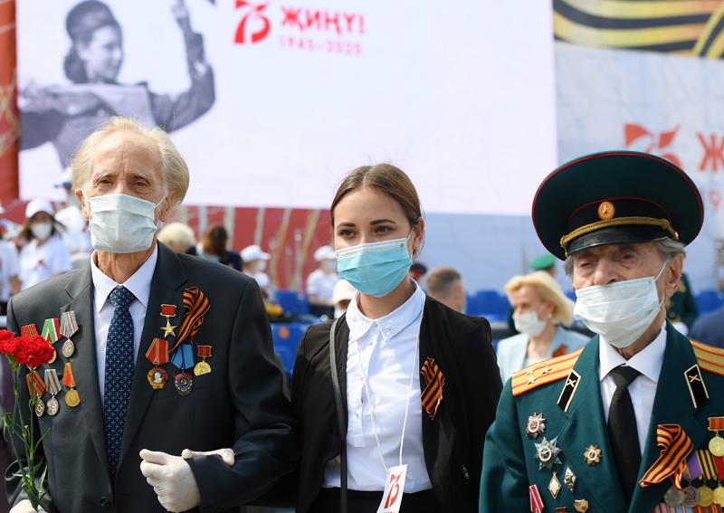 Ветераны Великой Отечественной войны и волонтер победы