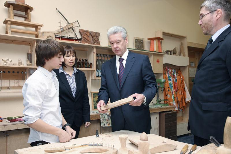 Мэр Москвы Сергей Собянин на уроке труда разговаривает с учащимися московской школы №1060
