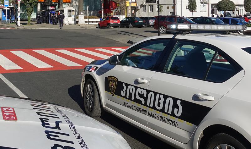 """Автомобили полиции возле филиала """"Банка Грузии"""" в центре Зугдиди, где вооруженный мужчина захватил заложников"""