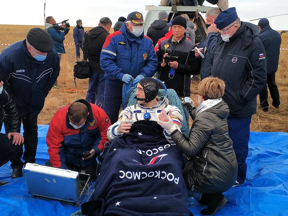 """Члены экипажа """"Союз МС-16"""" после приземления"""